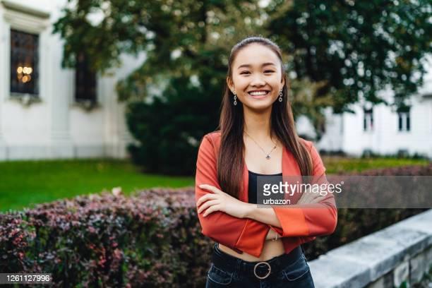 adolescente asiatique - cadrage à la taille photos et images de collection