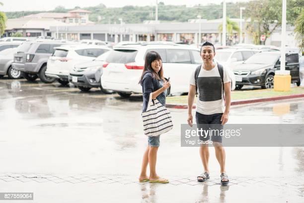 アジア観光客カップルがグアムのスーパーで買い物