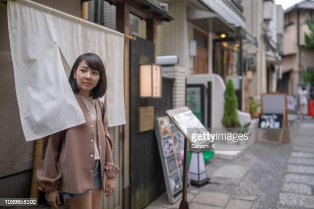 日本の伝統的なレストランののれんエントランスを通過してアジアの観光 - 日本建築 ストックフォトと画像