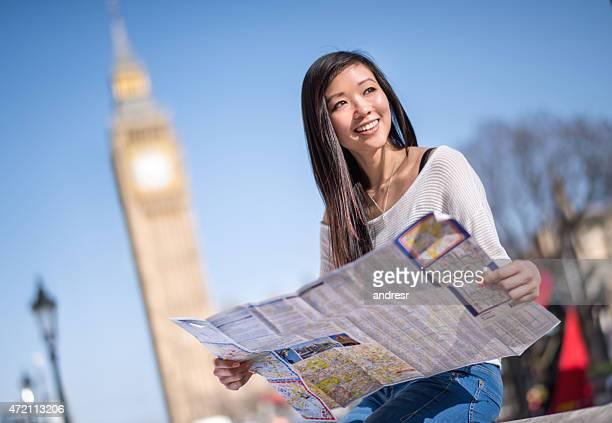 Asian turista en Londres con un mapa