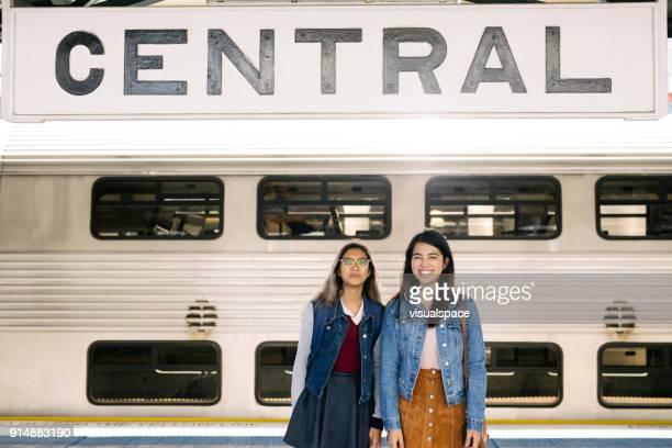 touristes asiatiques au transport - écolière photos et images de collection