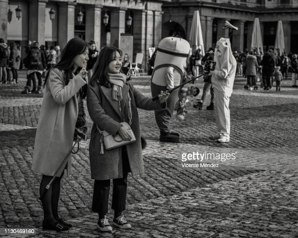 asian tourists in the plaza mayor - vicente méndez fotografías e imágenes de stock