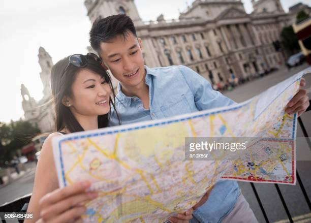 Asiatische Touristen Reisen und halten eine Karte