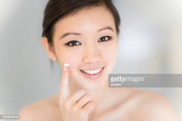 Asiatique femme appliquer la crème