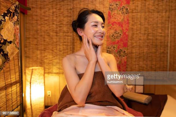 asian woman at relaxation beauty salon - body massage japan stock pictures, royalty-free photos & images