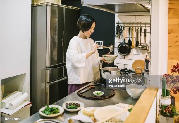 キッチンで調理アジアの女性 - 料理 ストックフォトと画像