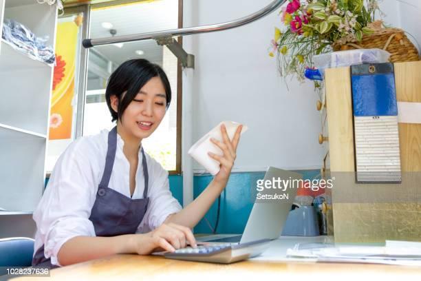 アジアの女性の会計処理を行う