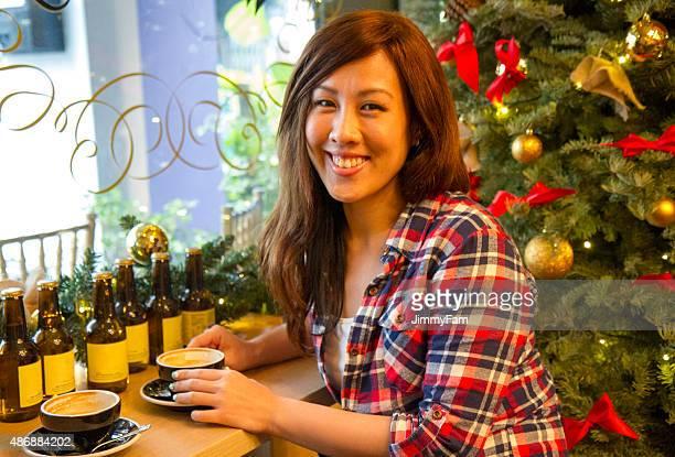 アジアを楽しむ女性 1杯のコーヒー