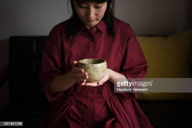 自宅でお茶の儀式を楽しむアジアの女性 - 日本建築 ストックフォトと画像