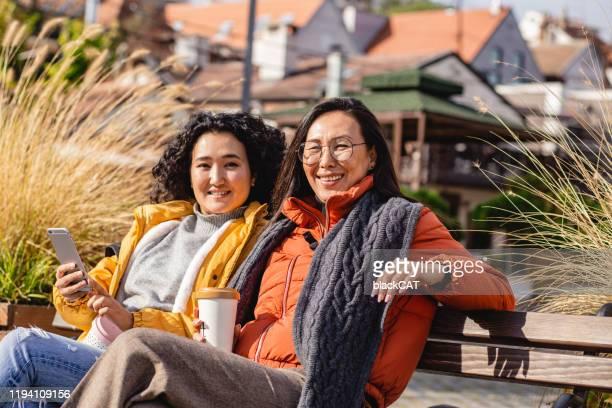 亞洲婦女享受戶外 - mid adult women 個照片及圖片檔