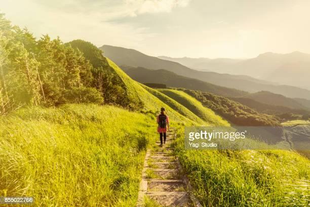 アジアの女性ハイカーが自然歩道の上を歩きます。 - 心の平穏 ストックフォトと画像