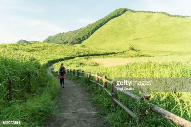 Asiatische Frau Wanderer zu Fuß unterwegs in der Natur.