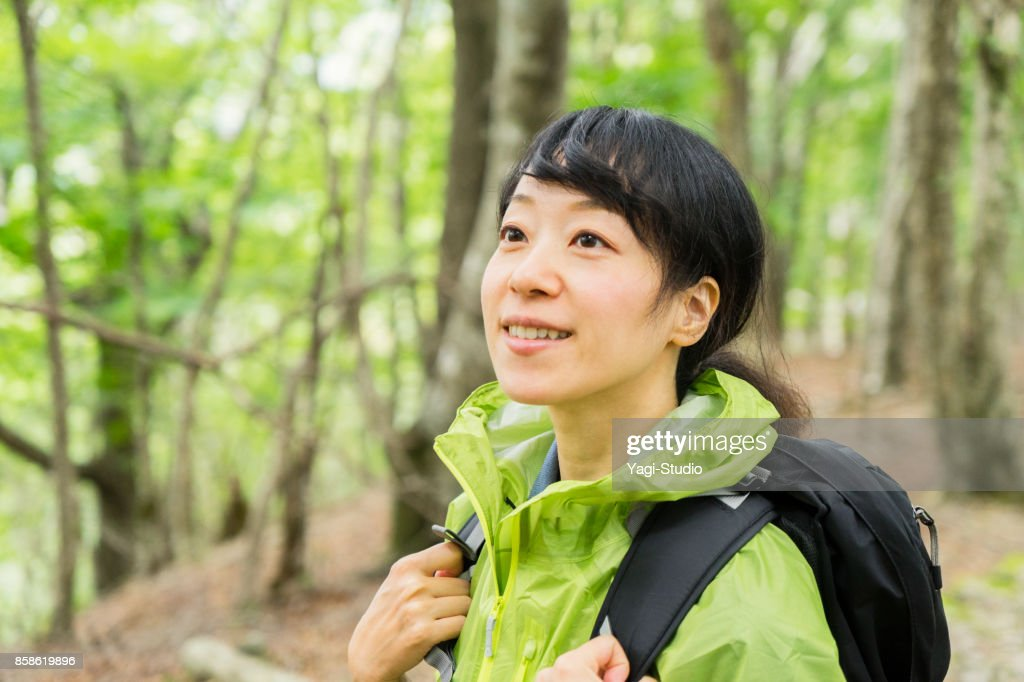 Alpinista de mulher asiática caminhando na trilha na natureza. : Foto de stock