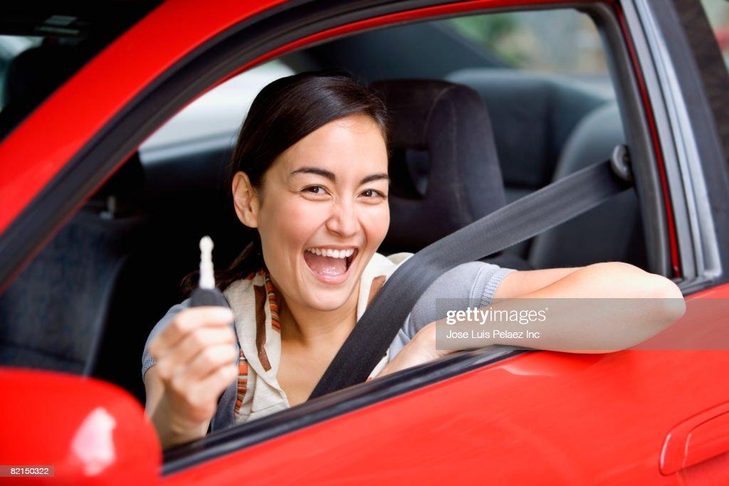 Asian woman holding  car key in car : Foto de stock