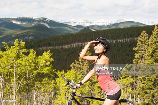 Mujer asiática relaja y ciclismo de montaña.