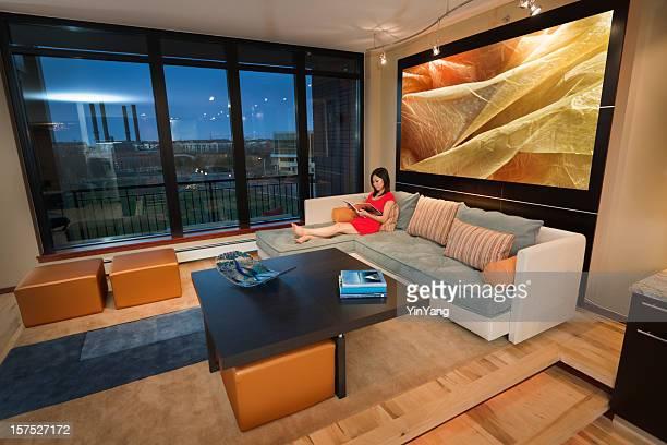 Asiatische Frau Entspannen im modernen Wohnanlage Apartment Residential Home Interior
