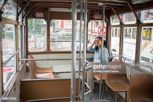 アジアの女性、トラムの乗馬