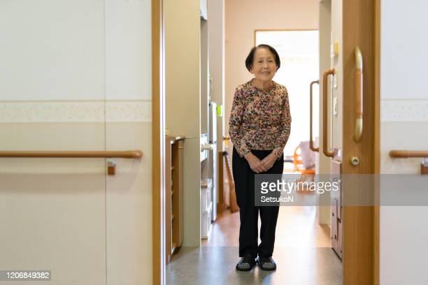 老人ホームで微笑むアジアの女性 - 公共の建物 ストックフォトと画像