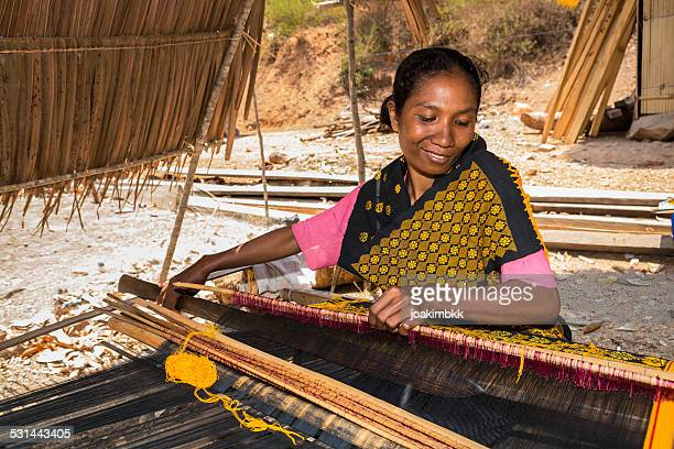 asian woman traditionally weaving fabric - indonesian cloth 個照片及圖片檔