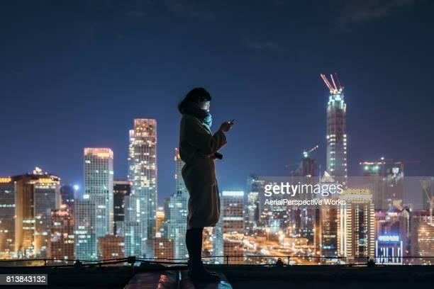 Femme asiatique à l'aide de téléphone portable dans le quartier de Downtown