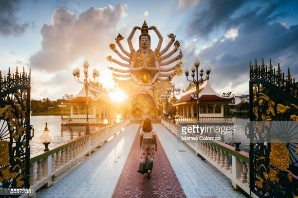 asian woman visiting wat plai laem, ko samui, thailand - buddhist goddess imagens e fotografias de stock