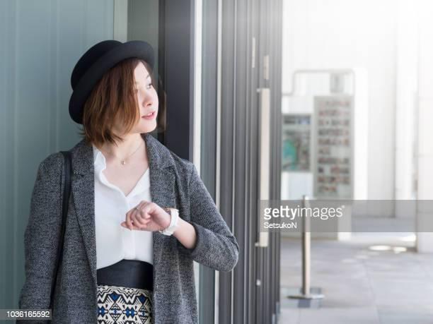 アジアの女性の彼女の友人を待っています。 - 待つ ストックフォトと画像
