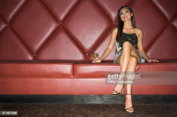 asian woman with cocktail in cushioned booth - filipino - fotografias e filmes do acervo