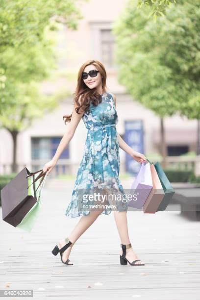 Aziatische vrouwen gelukkig winkelen