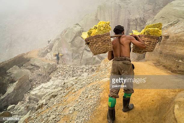 asian trabalhador carregando cestas de enxofre na ijen vulcão - escravidão - fotografias e filmes do acervo