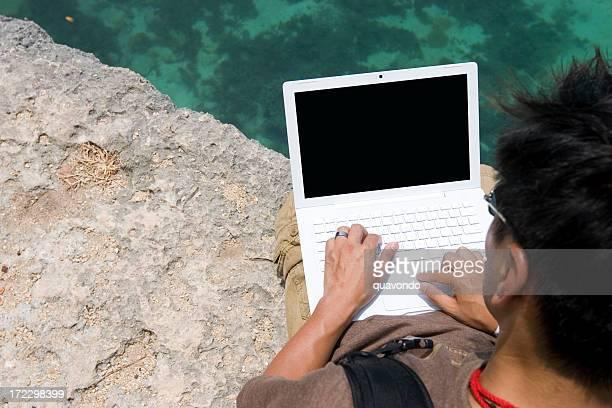Asiática jovem usando computador portátil ao ar livre, Copyspace