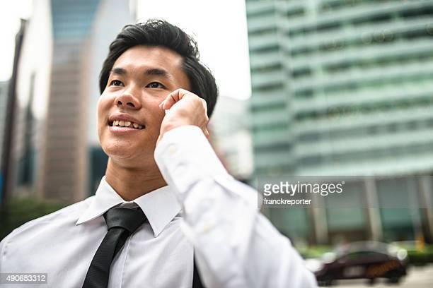 アジアのビジネスマンの上にある電話街