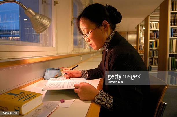 Asiatische Studentin in der Bibliothek der Theologischen Fakultät der HumboldtUniversität in Berlin