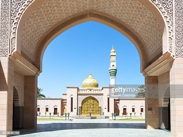 asma bint alawi mosque through arch, muscat, oman - muscat governorate stock pictures, royalty-free photos & images