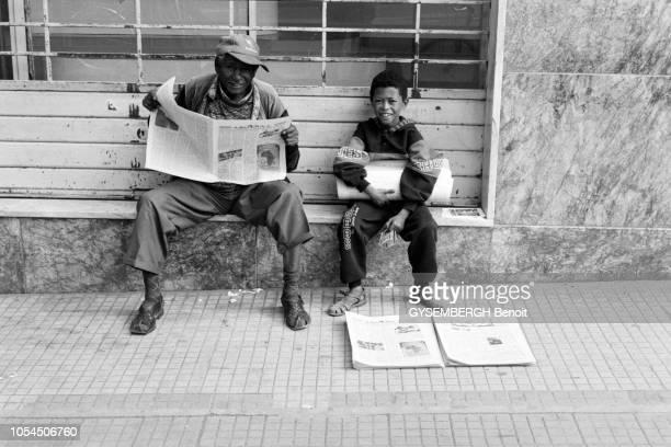 Asmara Erythrée 27 septembre 1999 La Fête de la Vraie Croix célébrée par l'Eglise érythréenne orthodoxe Ici vieil homme lisant le journal assis au...