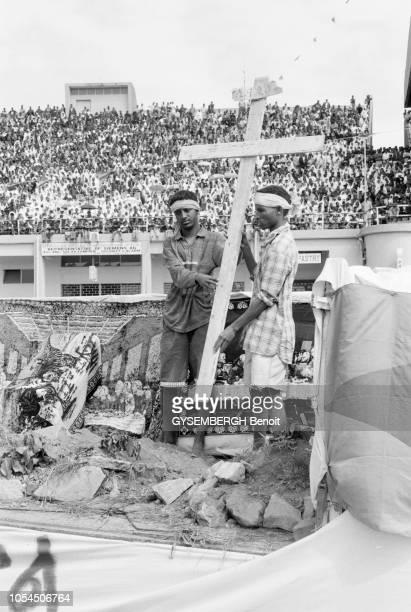 Asmara Erythrée 27 septembre 1999 La Fête de la Vraie Croix célébrée par l'Eglise érythréenne orthodoxe Ici deux hommes portant une grande croix de...