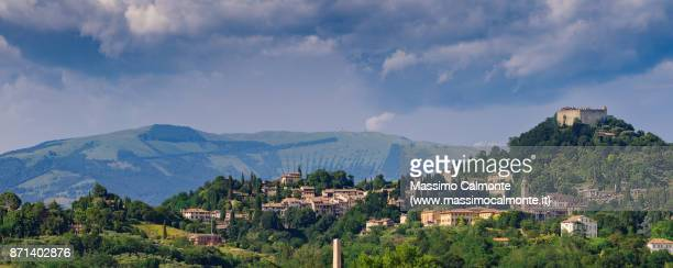 """asolo panorama skyline with historical city center and the """"rocca"""" at the top of the hill - トレヴィーゾ市 ストックフォトと画像"""