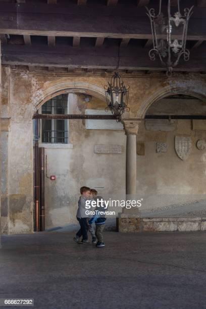 アーゾロ、理由、宮殿アーケードします。 - トレヴィーゾ市 ストックフォトと画像