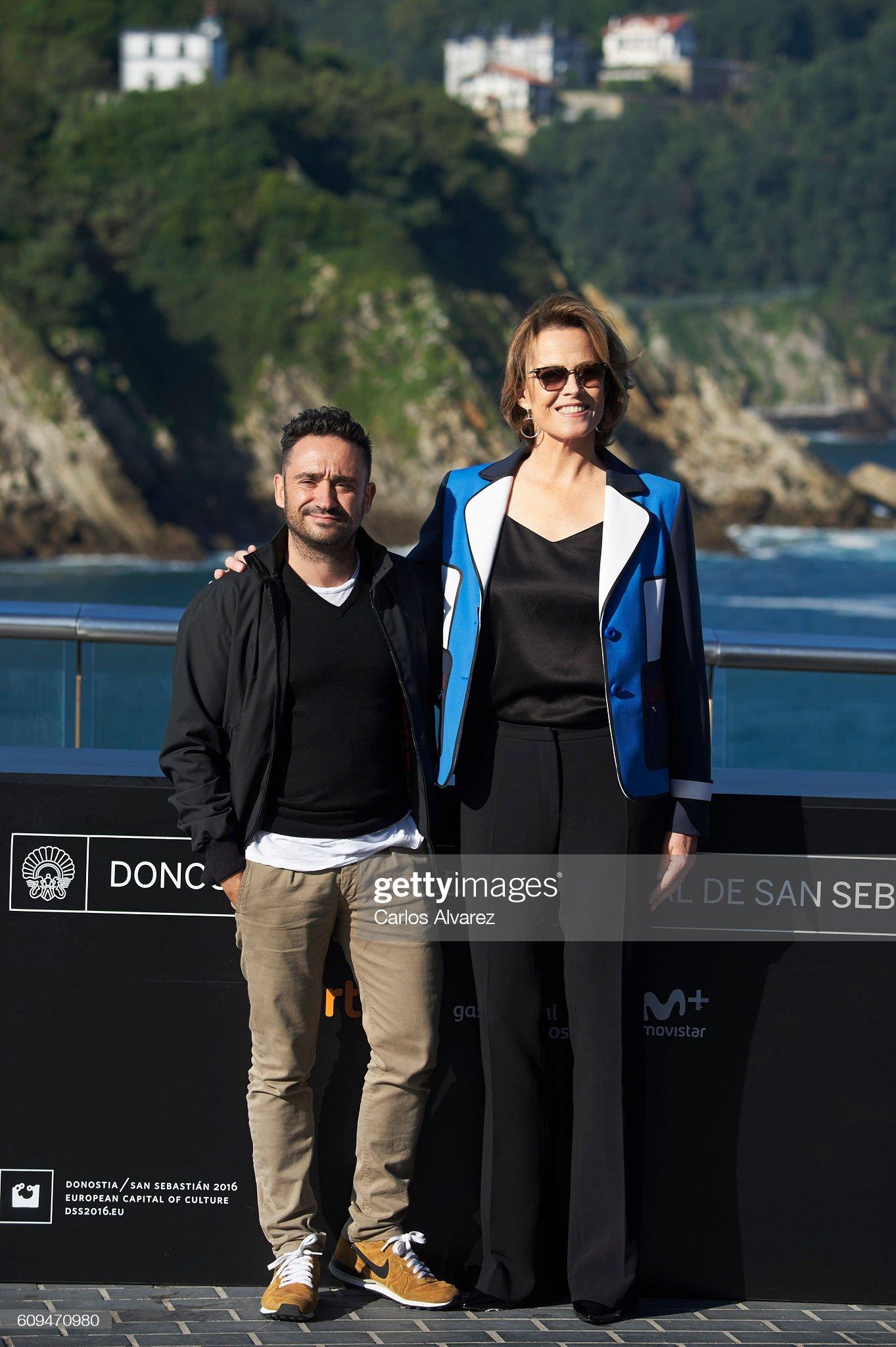 ¿Cuánto mide Sigourney Weaver? - Altura - Real height Aspanish-director-juan-antonio-bayona-and-actress-sigourney-weaver-a-picture-id609470980?s=2048x2048