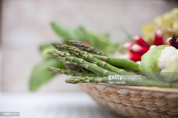Spargel in Korb mit Gemüse