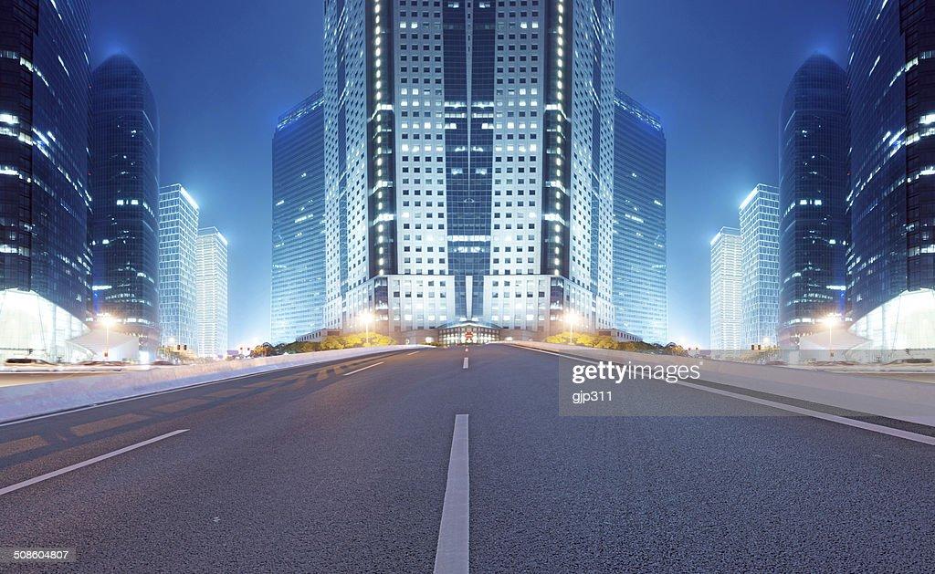 Carretera asfaltada y ciudad moderna : Foto de stock