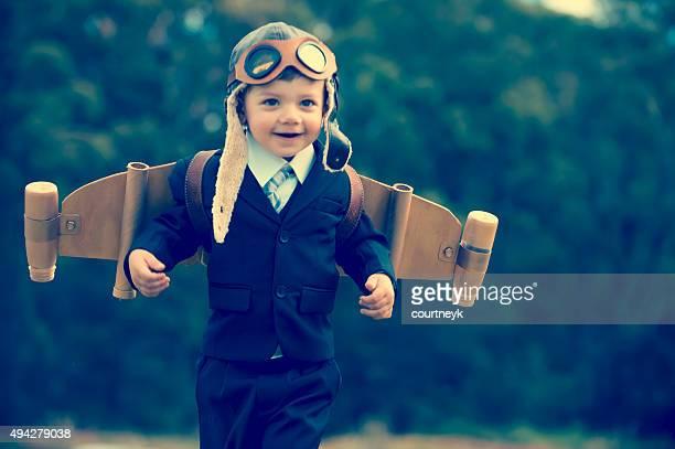 熱望、革新的なビジネスのコンセプト。を着ている若い子供ホン