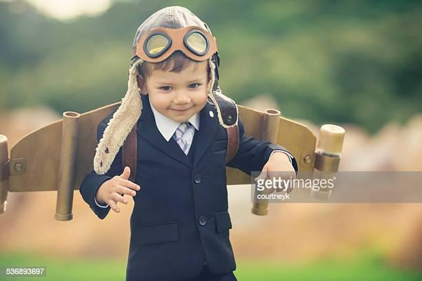 Aspiração, conceito de inovação de negócios. Jovem criança vestindo hom