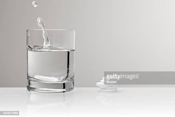 Aspirin paracetamol Tablette Spritzendes Wasser in Glas Wasser