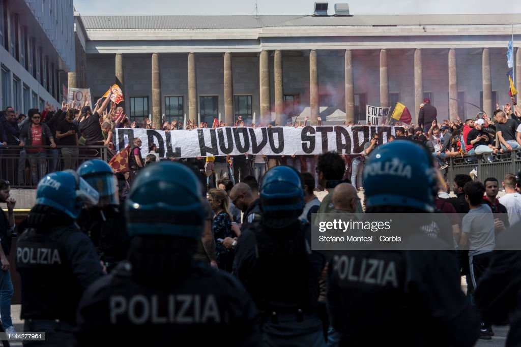 ITA: A.S. Roma Fans Protest Against Club President