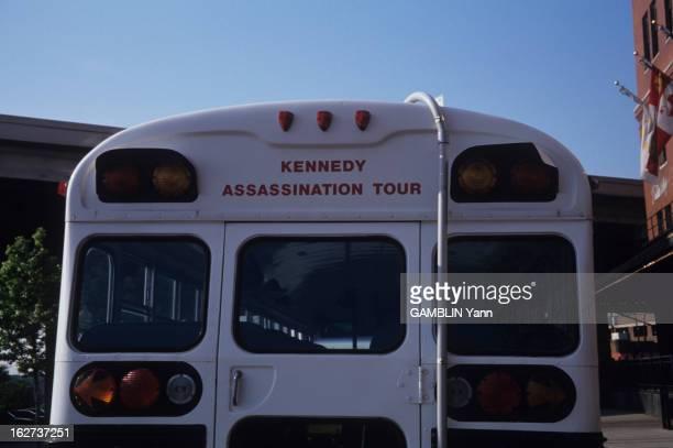 In Surgeon Questions The Autopsy Report Dallas avril 1992 Bus pour touristes refaisant le trajet de John Fitzgérald KENNEDY le jour de son assassinat