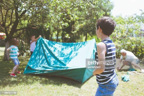 camping tent monteren - kampeertent stockfoto's en -beelden