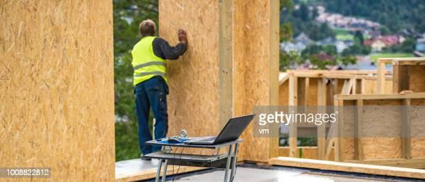 プレハブの家の組み立てください。