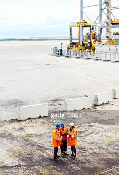 assessing shipments on the dockyard - símbolo - fotografias e filmes do acervo