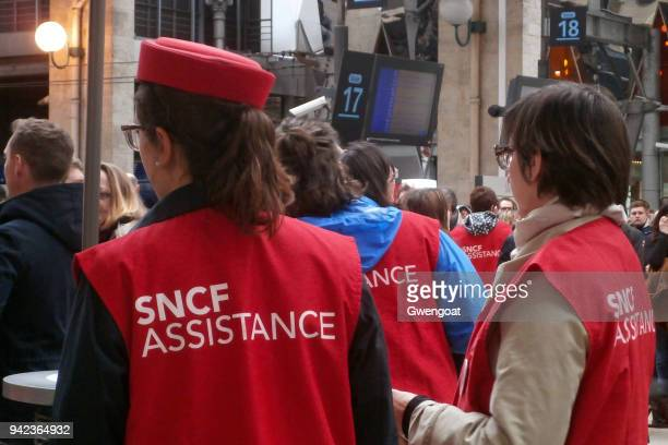 sncf assistance in gare du nord - striker stock pictures, royalty-free photos & images