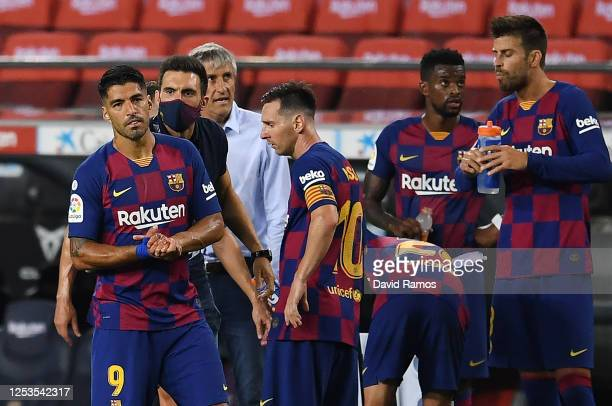 Assistant coach Eder Sarabia of FC Barcelona talks to Luis Suarez of FC Barcelona and Lionel Messi of FC Barcelona during the Liga match between FC...